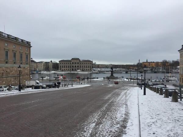 Дорога к набережной в Стокгольме