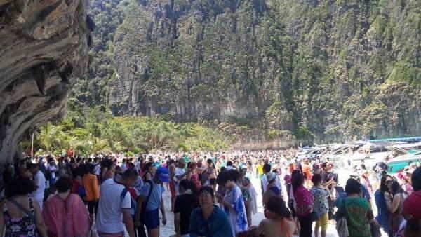 Толпы туристов на пляже в Таиланде