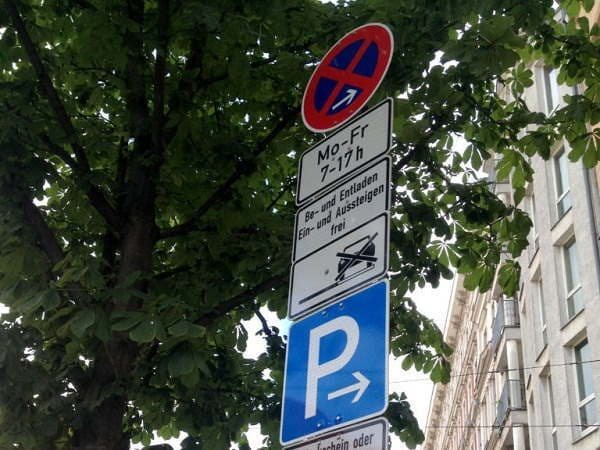 Знак парковки автомобиля